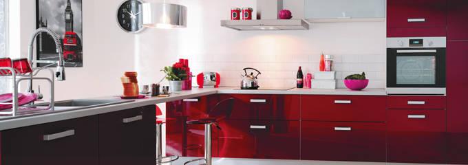 cuisine rouge et blanche: cuisine moderne et decoration tendance.